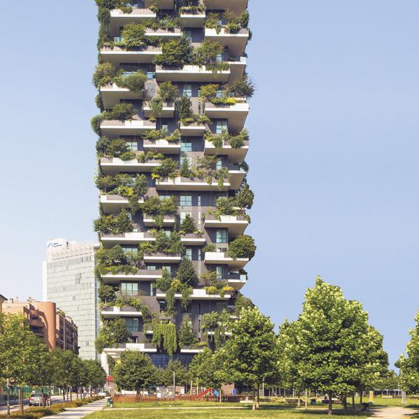"""""""Bosco verticale"""", 15-stöckiges Hochhaus in Mailand mit etwa 1000 Gehölzen, darunter auch Hochstammbäume. Seit zwei Jahren sind die Wohnblöcke in Betrieb und bewohnt."""