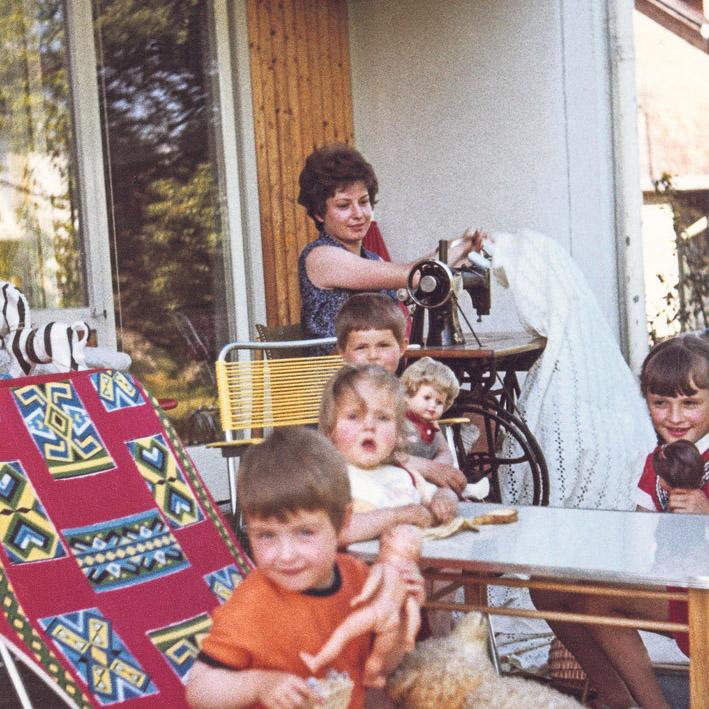 Heimarbeiterin mit Kinderschar, Lustenau 1970