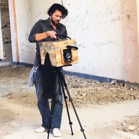 Lukas Birk mit einer Boxkamera in Afghanistan. © LUKAS BIRK