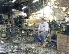 1955 Alpla - Venezuela, 1970er-Jahre: Gründer Alwin Lehner begutachtet nach einem Brand in einem Apla-Werk den Schaden. Dieser Rückschlag konnte Alpla freilich nicht stoppen.