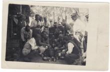 Kriegsgefangene bei der Produktion von Zigaretten und beim Essenfassen.