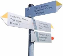 Heute sind 6197 Kilometer des Vorarlberger Wegenetzes mit insgesamt 19.033 Wegweisern nach dem neuen Konzept erschlossen. © Fotos: Helmut Tiefenthaler/Vorarlberger Landesbibliothek